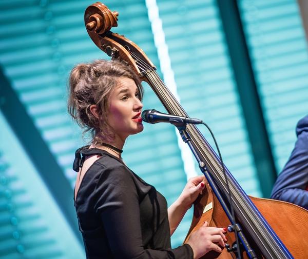 Nathalie Schaap uit Zwolle, zingt en speelt contrabas